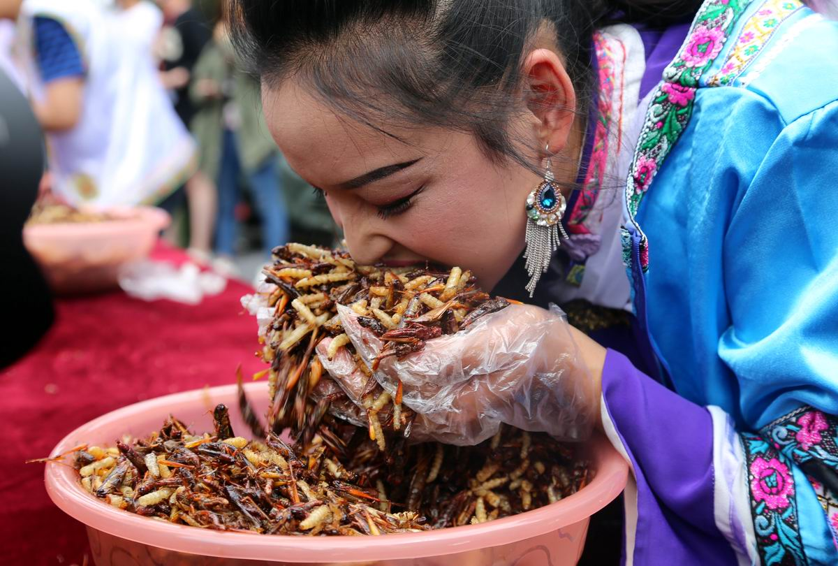 Вкуснотища то какая!: Любительница жареных червячков