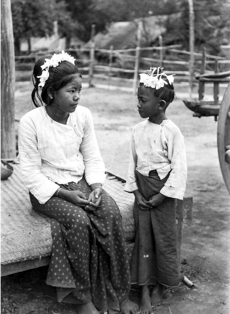 879. Портрет двух девочек с цветочными украшениями в волосах