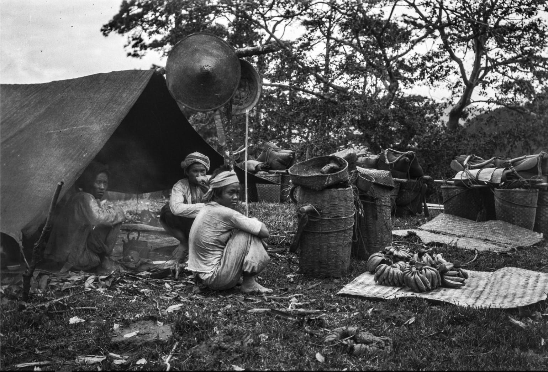 882. Носильщики в лагере во время еды