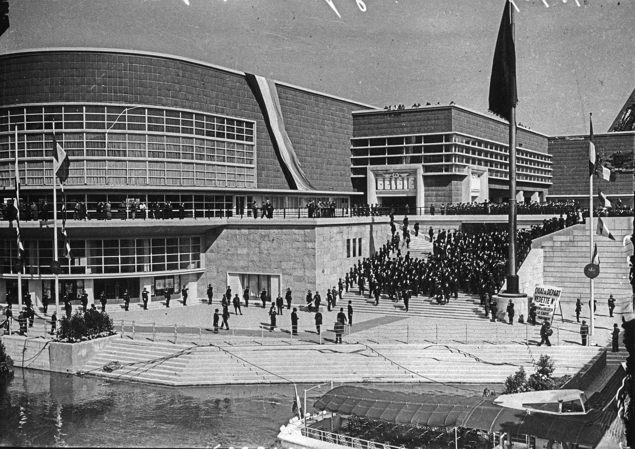 День открытия. Президентский кортеж направляется к причалу возле моста Йена. 24.05.1937