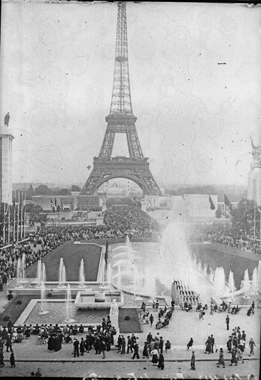 День открытия. Толпы посетителей на эспланаде Трокадеро и мосту Йены. 24 мая 1937