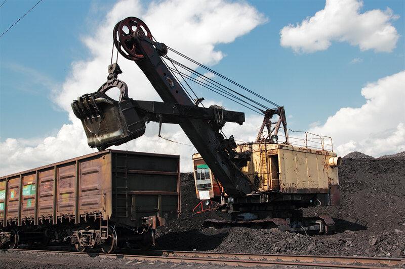 Панорама угольного склада, сюда машинами привозят добытый уголь, а потом грузят его в вагоны.