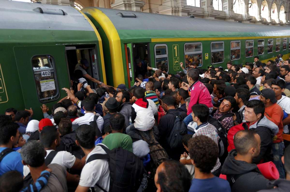 Штурм Будапешта: Мигранты с Ближнего Востока на ж/д вокзал венгерской столицы (15)
