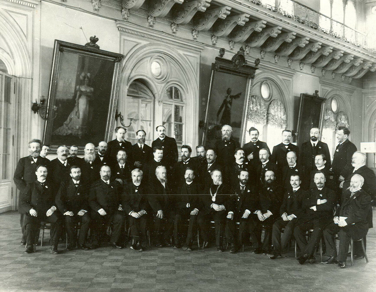 Группа выборщиков во Вторую Государственную думу в зале Городской думы
