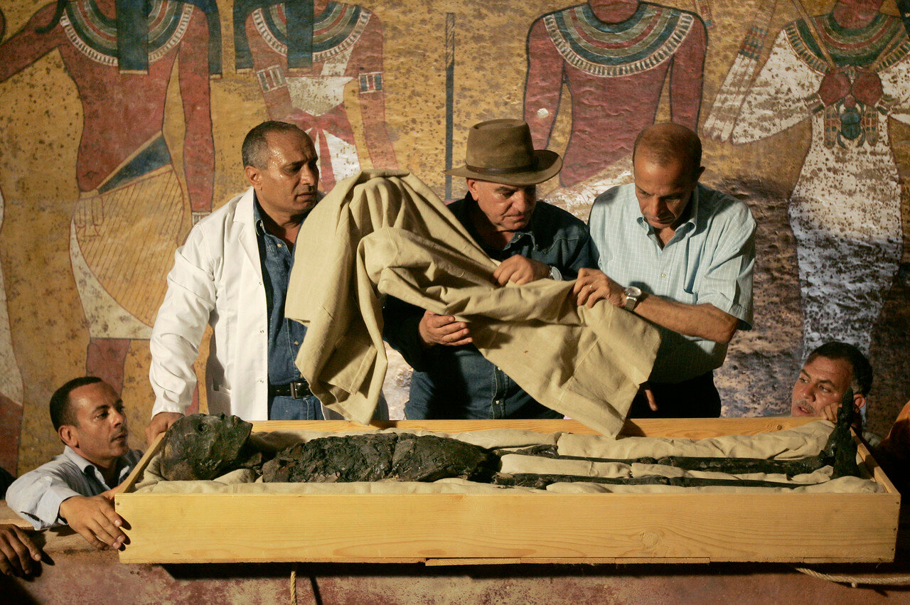 Доктор Захи Хавасс (в центре) следит за перемещением мумии фараона Тутанхамона из его каменного саркофага в Долине Фараонов в Луксоре, 4 ноября 2007