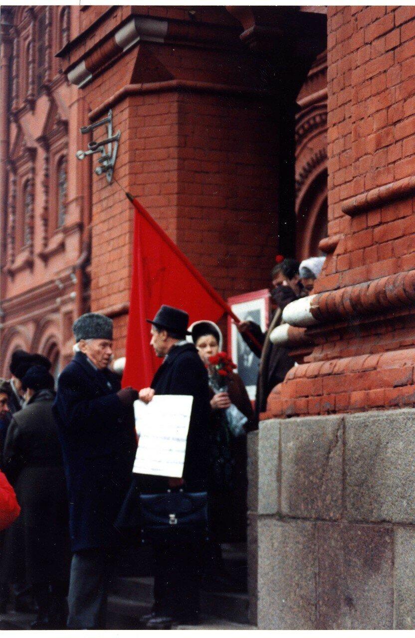 12. Протестующие возле музея Ленина
