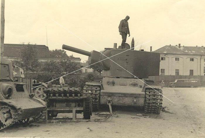 T-20 Komsomolets / KhT-26 / KV-2