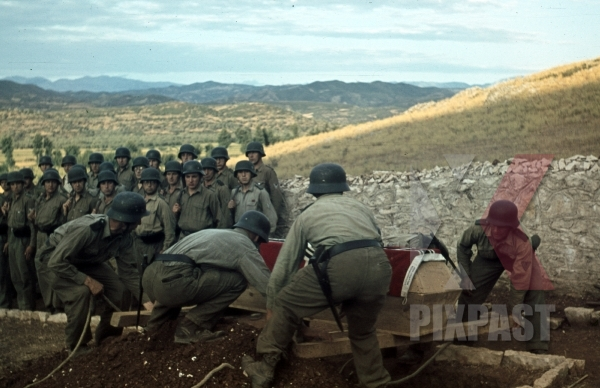 stock-photo-german-afrika-korp-military-funeral-in-tunisia-1942-flag-on-coffin-tropical-uniform-and-helmet-11594.jpg