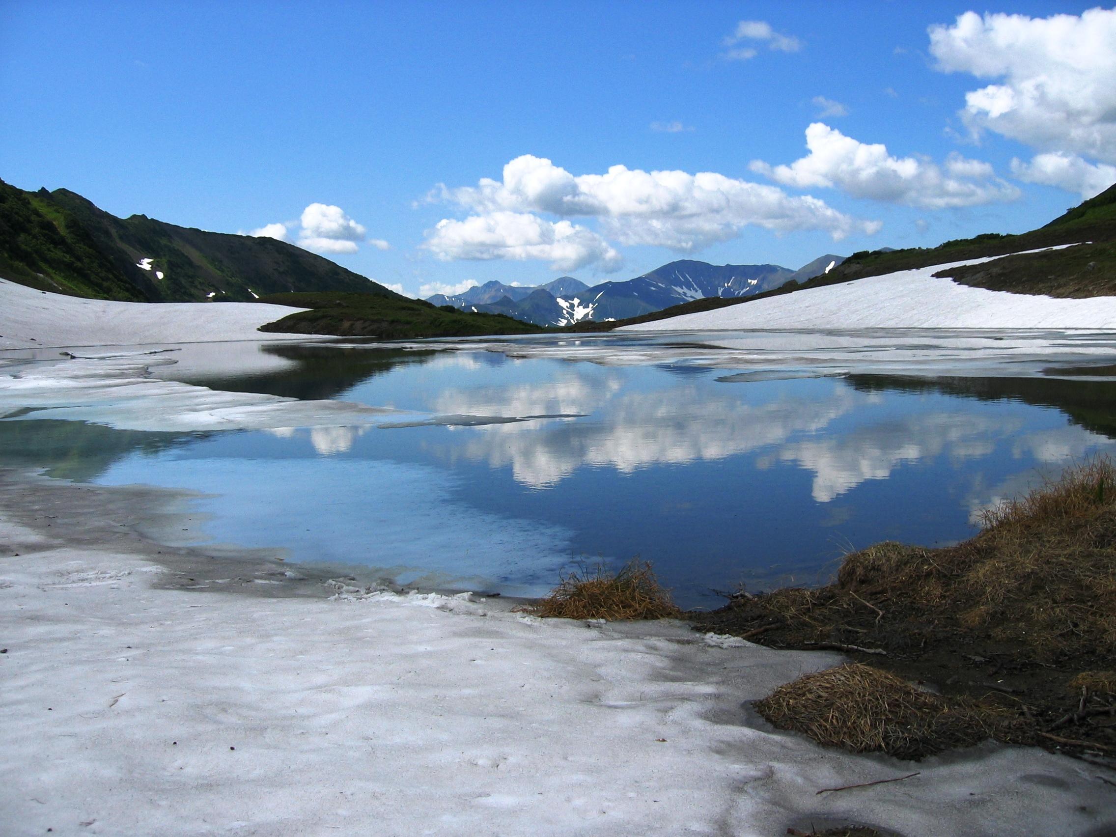 Горное озеро в июне.