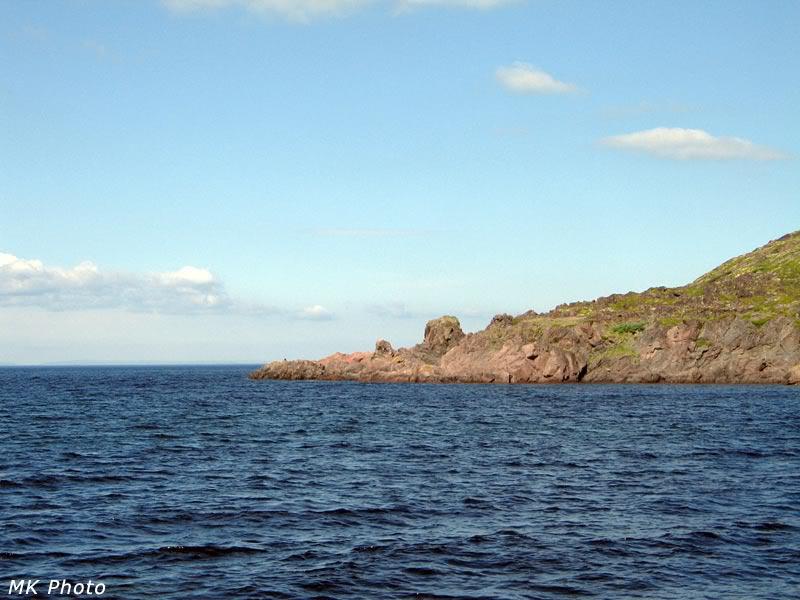 В этих красных скалах и остаётся морская вода