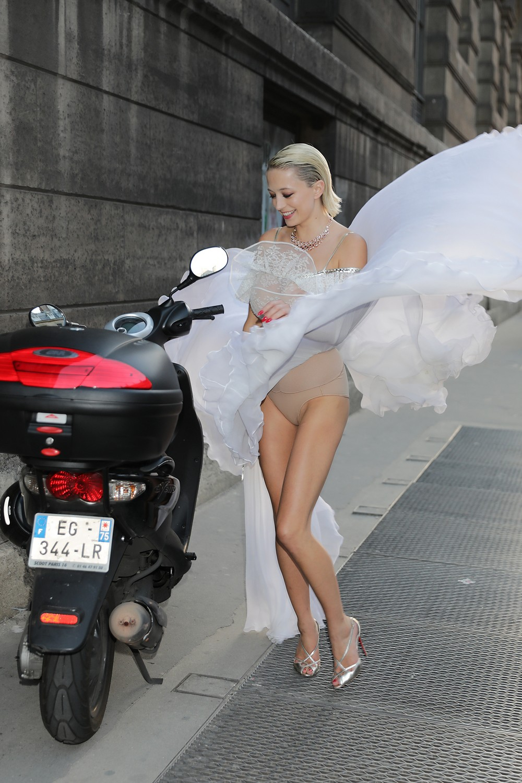 Кэролин Врилэнд в сексуальном платье