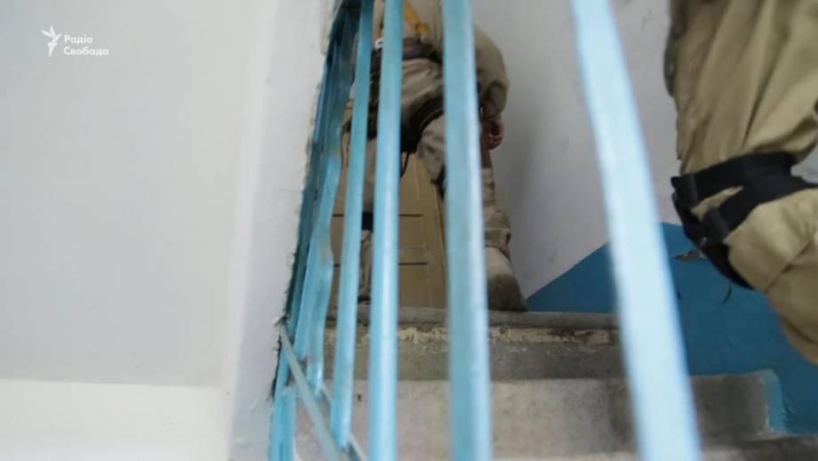 В многоэтажке Авдеевки в результате интенсивных обстрелов обрушились перегородки дома (видео)