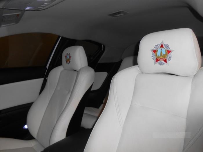 Салон обтянут белой кожей. | Фото: carakoom.com. Салон выглядит не хуже, чем весь автомобиль . Он ск