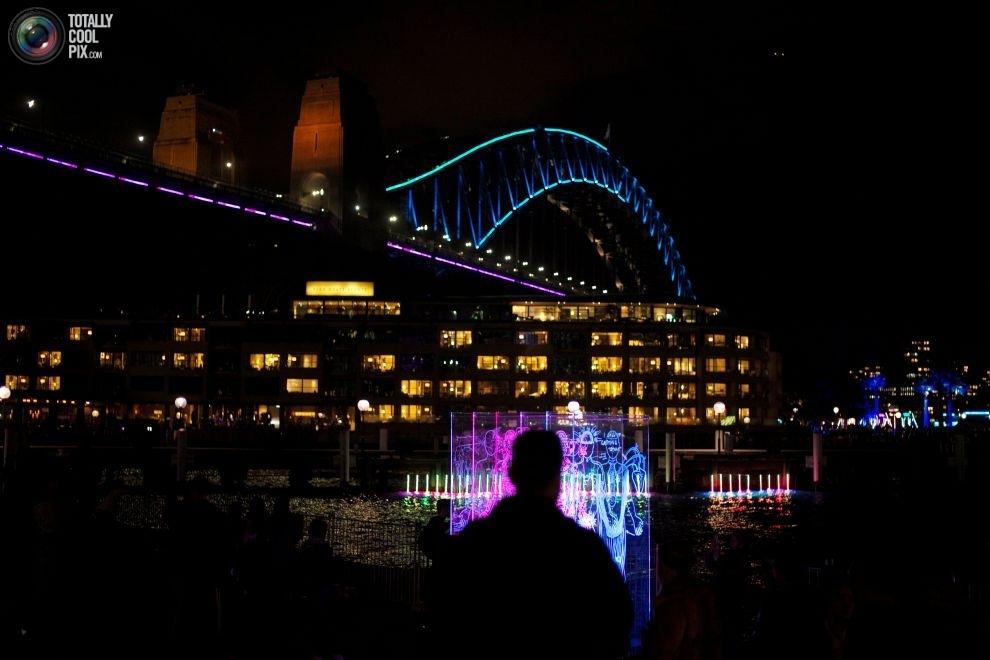 Подсветка моста Харбор-Бридж в день открытия фестиваля музыки и света Vivid Sydney.