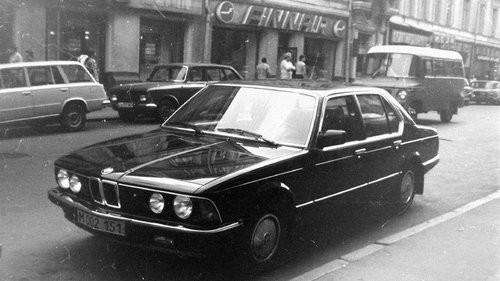 В 60-е годы основной парк иномарок в СССР был приписан к посольствам. Зарубежные автомобили часто но