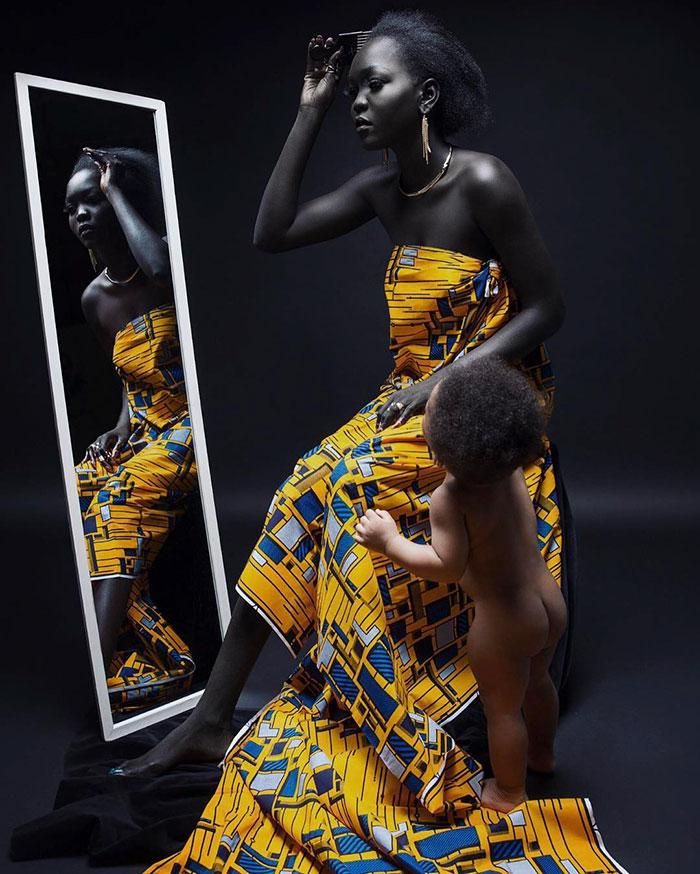 Когда-то угольно-черная кожа была причиной комплексов девушки, и она даже хотела ее отбелить. Но со
