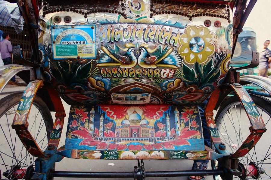 Выглядит вся эта живопись на колесах довольно красочно. Трудно найти место на повозке, не распи