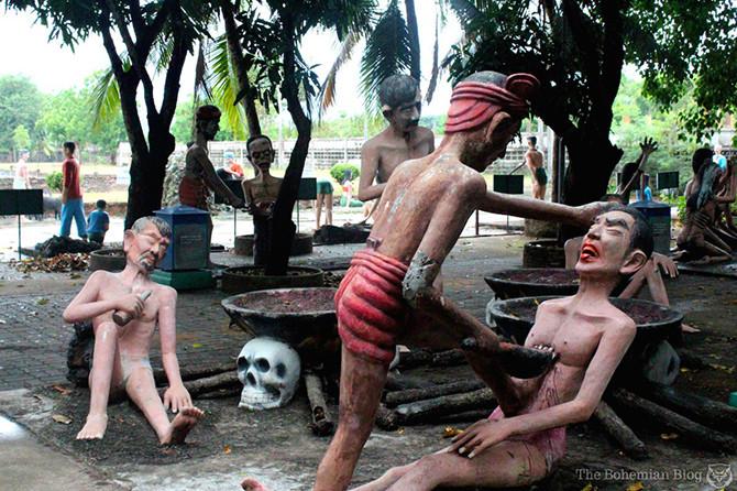 И БУДТО ЭТОГО НЕДОСТАТОЧНО ДЛЯ УСТРАШЕНИЯ ГРЕШНИКОВ, существует целая площадка со статуями, которые