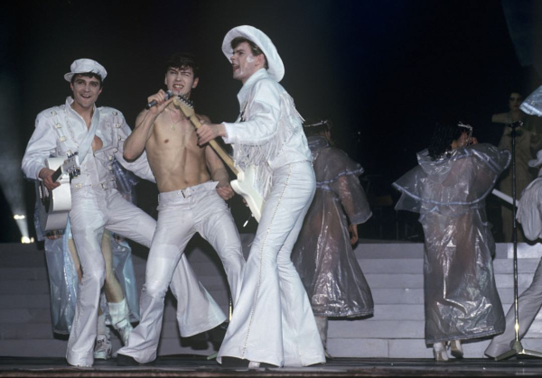 Если в 80-х были в моде были брюки «бананы», то в 90-х на смену им пришли брюки клеш. На фото — груп