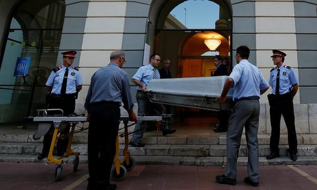 Художник-сюрреалист, который умер в 1989 году в возрасте 85 лет, был похоронен в склепе в музее, пос