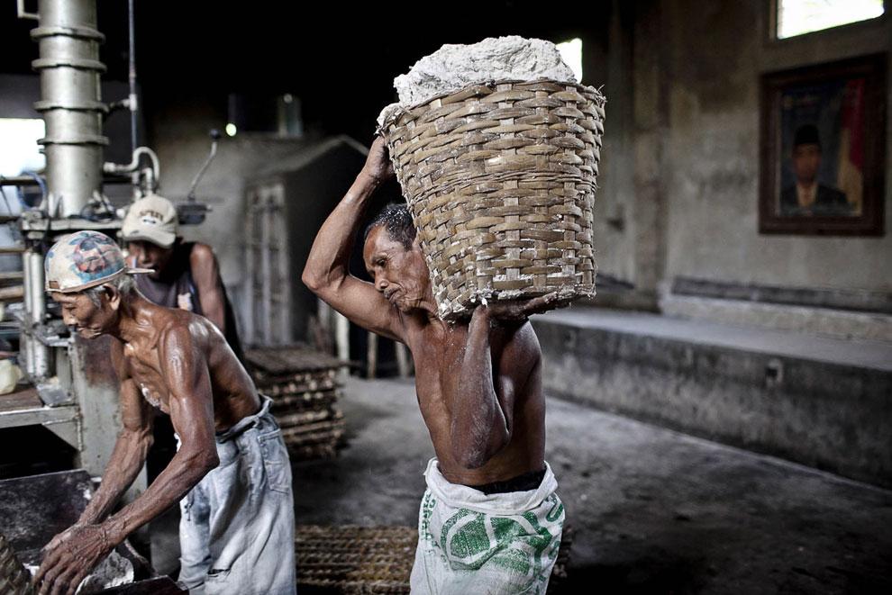 Лапша, готовая направиться в паровую печь. (Фото Ulet Ifansasti   Getty Images):