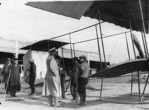 Группа авиаторов у аэроплана (в центре великий князь Николай Михайлович).