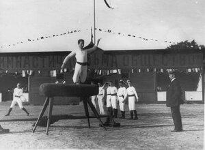Гимнастические упражнения членов общества Пальма на Коне с трамплином