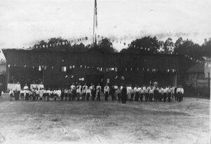 Группа детей в строю перед началом занятий гимнастикой