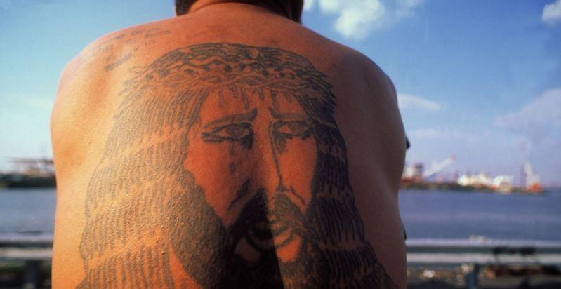 Любителям татуировок грозят солнечные удары,— ученые
