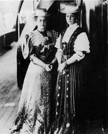 Императрица Александра Федоровна (справа) с фрейлиной Анной Вырубовой, теткой Никиты Лобанова-Ростовского