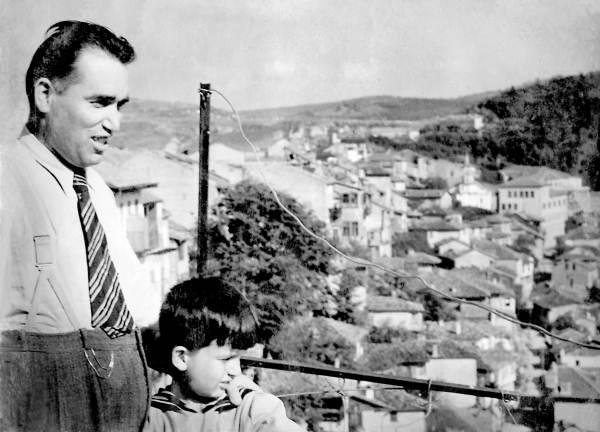 Велико Тырново. 1940 г. Мы с отцом смотрим на мир. Он проживет еще шесть лет. Я – шестьдесят. А мир?