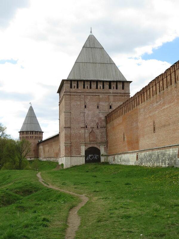 Авраамиевские ворота (10) и Заалтарная башня (11)