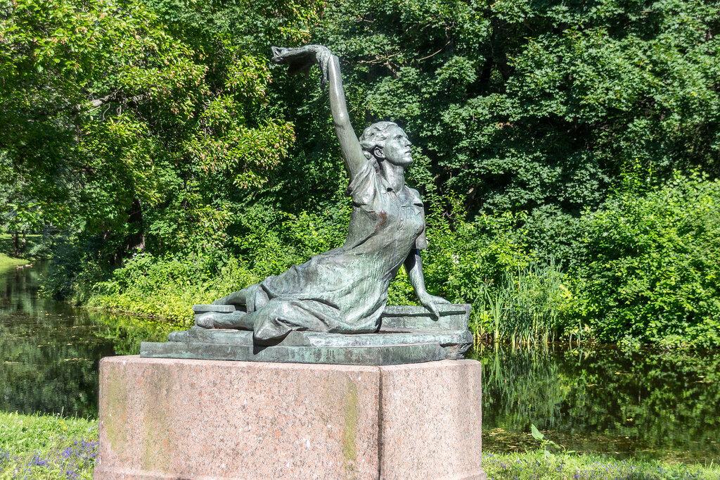 Памятник Роза из двух видов гранита Красные Ворота Ваза. Габбро-диабаз Ардатов, Нижегородская обл.