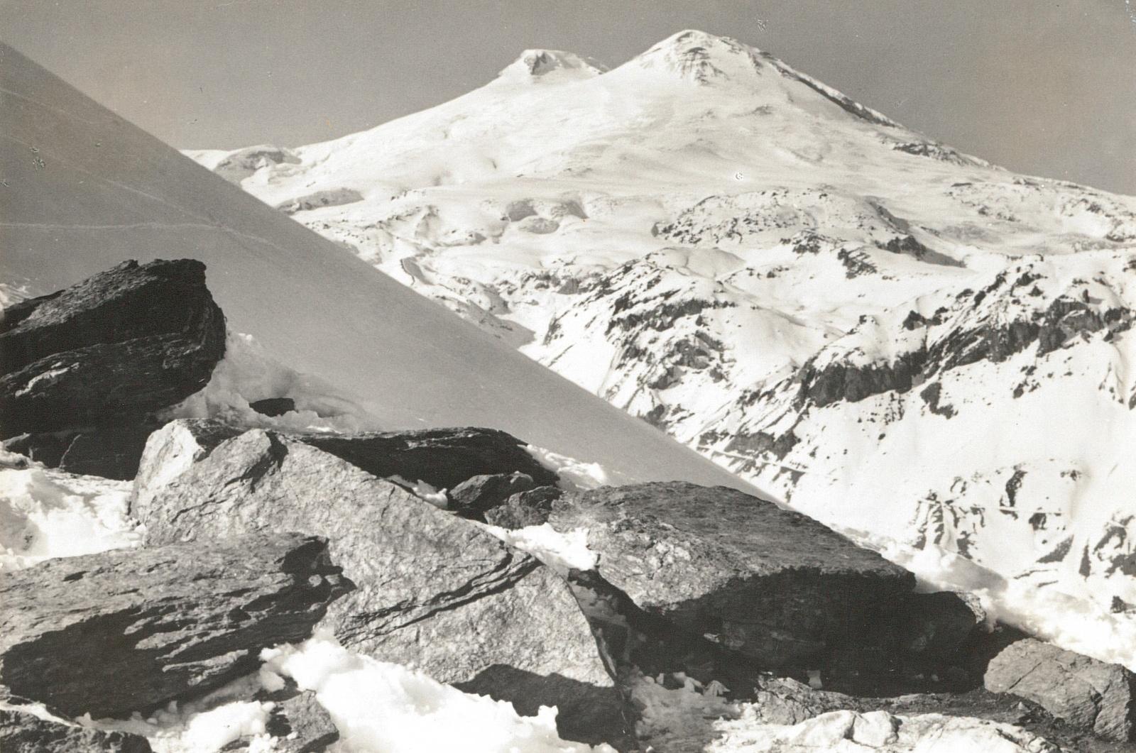 Центральный Кавказ. Двойной пик Эльбруса (5633 и 5621 м) от центральной станции на юго-востоке Чегета