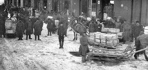 Выгрузка ящиков со снарядными корпусами на станции Иващенково. 1915