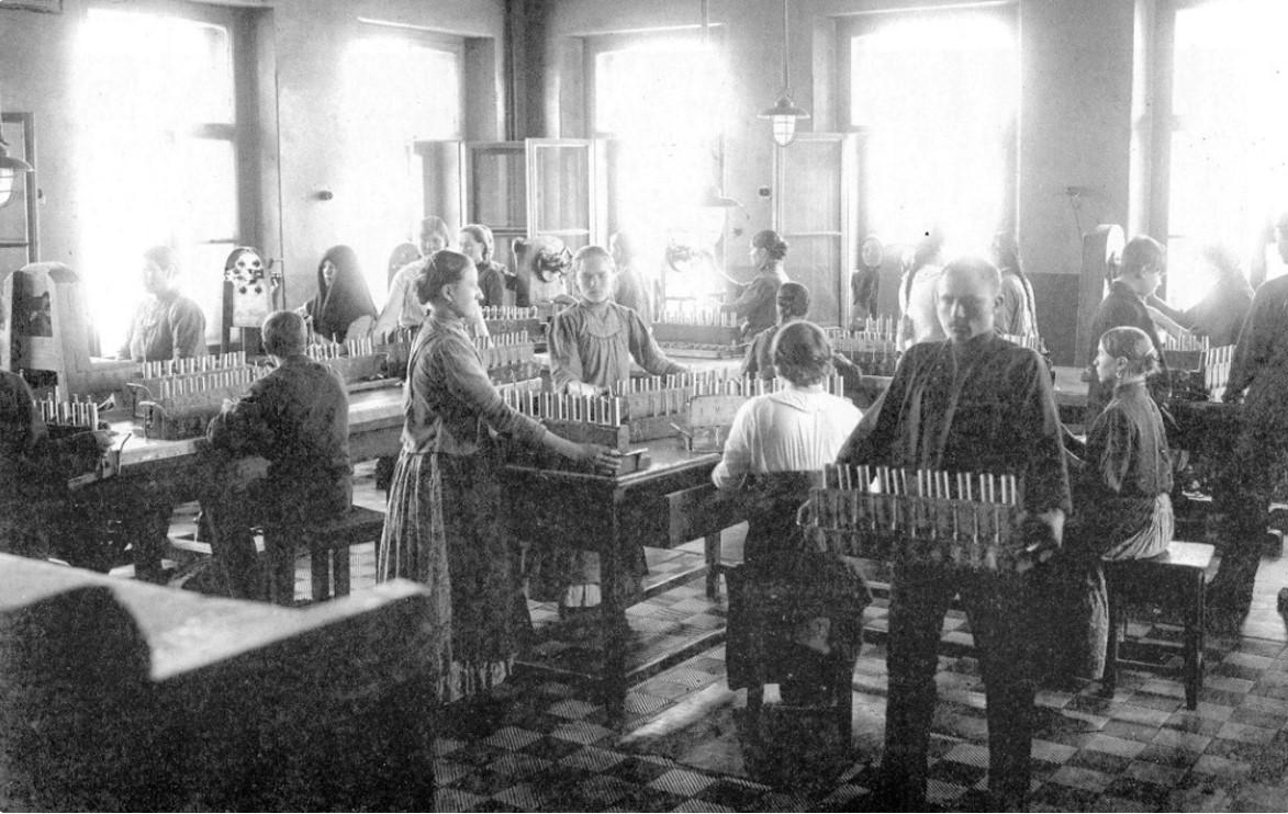Мастерская по сборке взрывателей. 1915