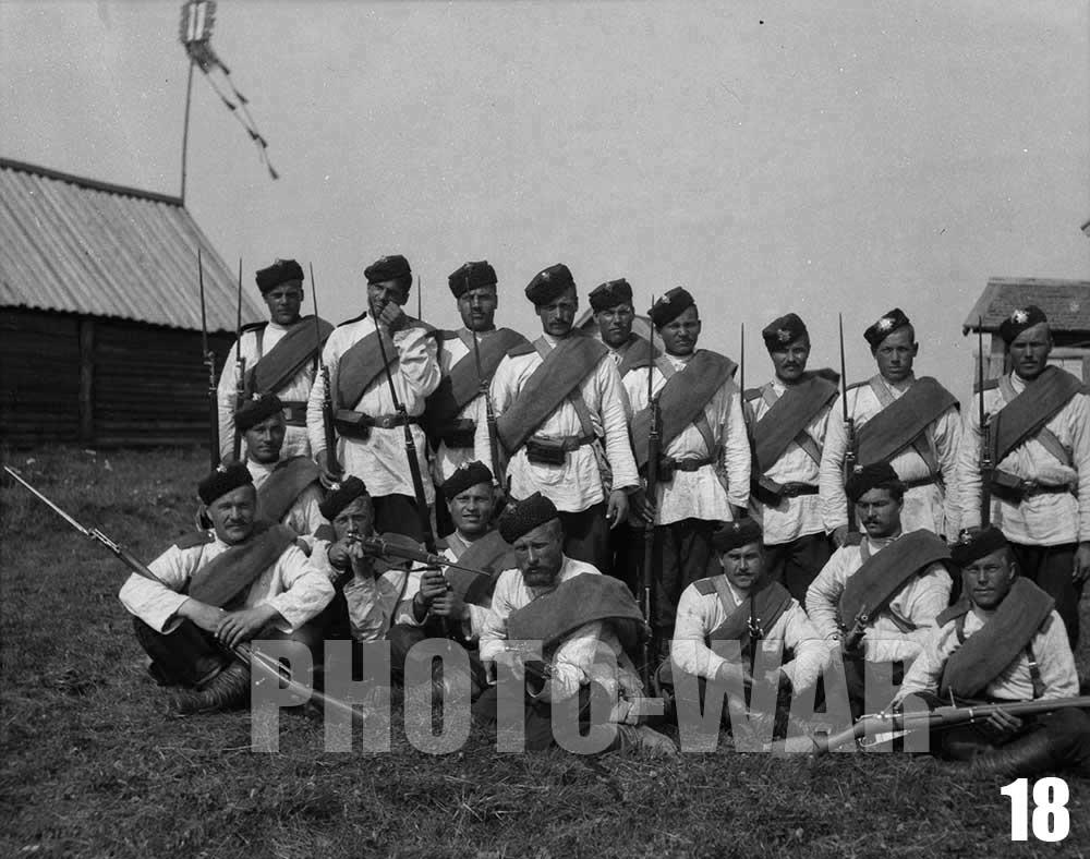 18. Подпоручик и группа нижних чинов лейб-гвардии 4-го стрелкового Императорской Фамилии батальона (кроме трёх чинов в верхнем ряду справа)