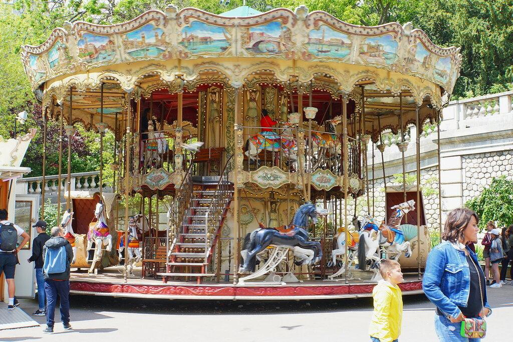 Карусель на площади Сен-Пьер