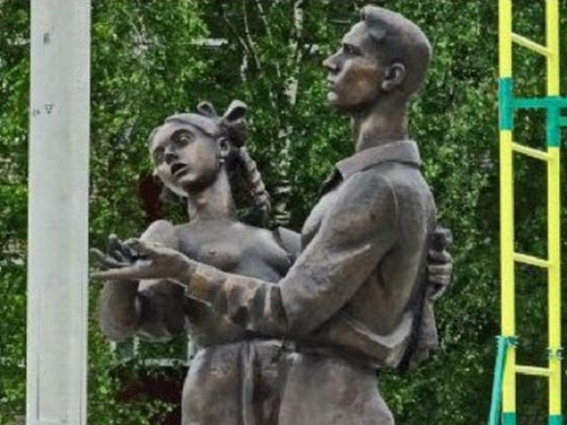 Памятник обнажённой выпускнице возмутил жителей Сергиева Посада
