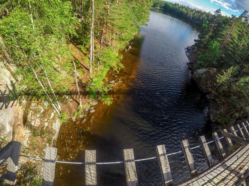 Не смотря на надёжность и монументальность моста, стоя посерединке его можно расшатывать ))