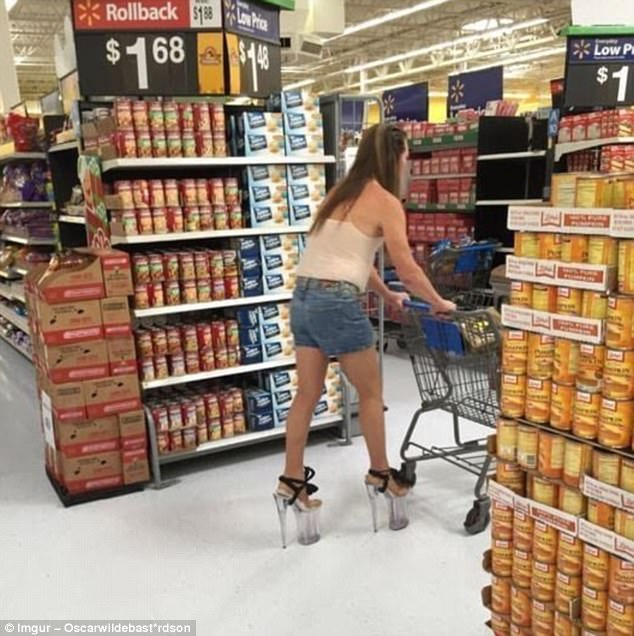 Честно говоря, непонятно, как девушка в принципе ходит на таких каблуках и платформе.