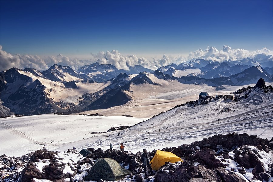 Седловина, перемычка между двумя вершинами Эльбруса. Западная вершина имеет высоту 5642 м, вост