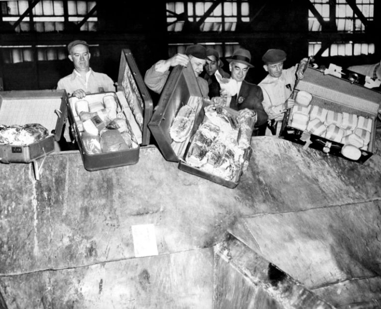 Полицейские избавляются от партии наркотиков, 24 апреля 1963 года.