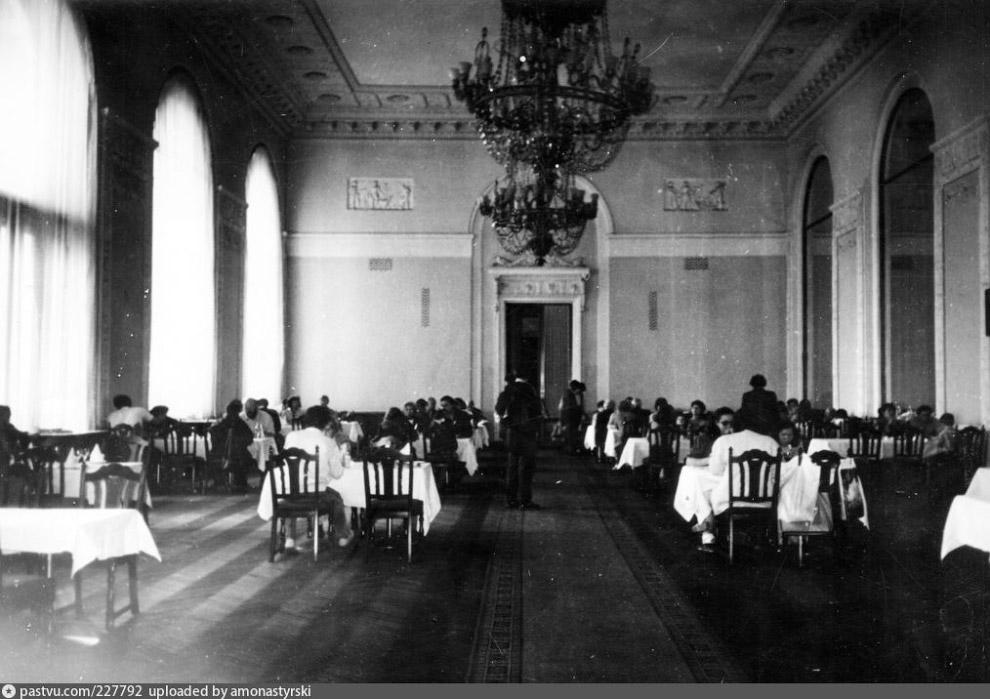 3. Ресторан 1954 года обрел поэтичное название «Золотой колос» и парадно-торжественный внешний