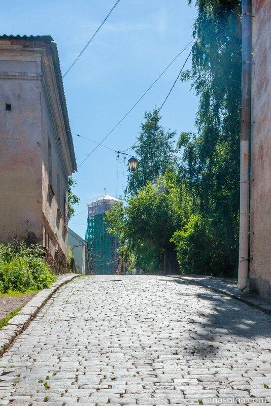 Улица Водной заставы и вид на Часовую башню (на реконструкции), Выборг