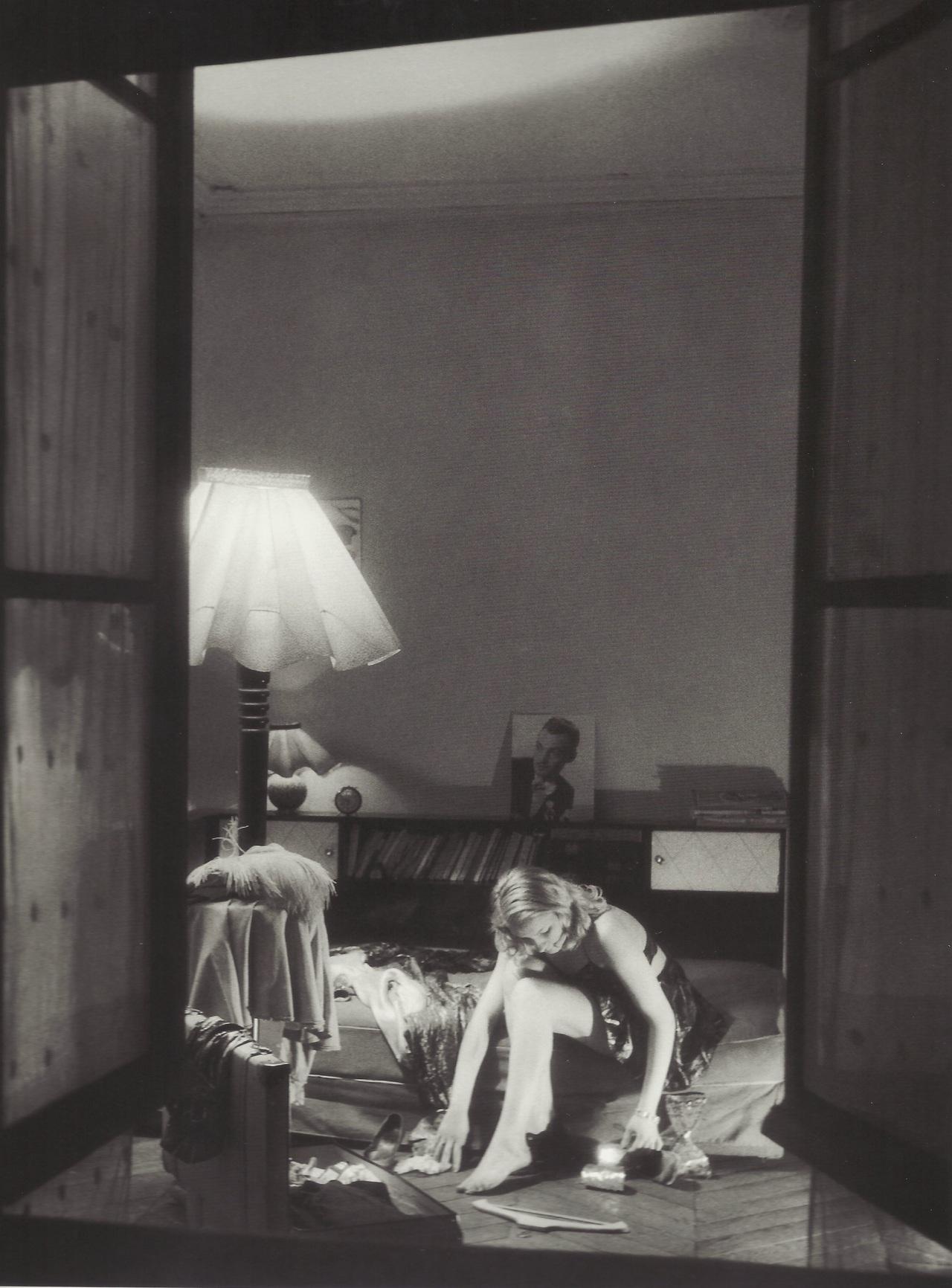 1946. Молодая женщина на кровати у открытого окна, Париж