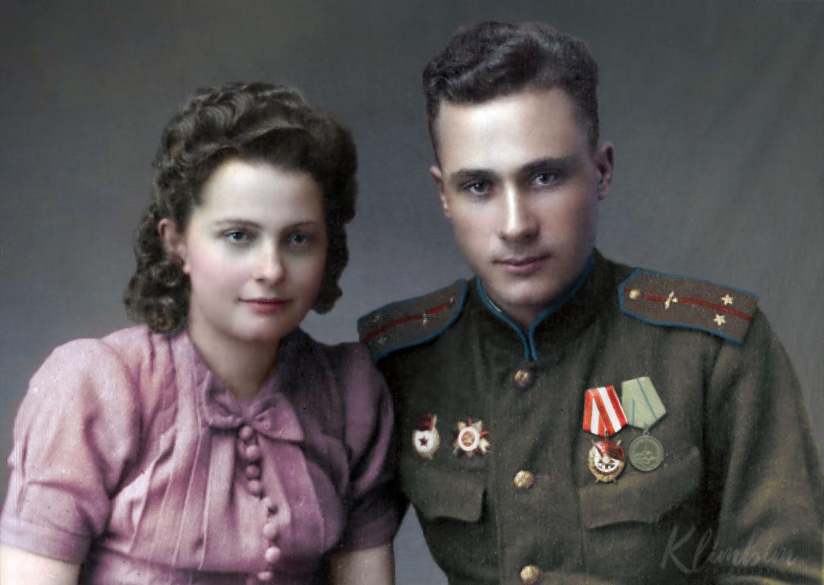 Трушин Иван Григорьевич, лейтенант, штурман корабля 11-го Гвардейского Авиационного Сталинского полка дальнего действия с девушкой-полькой, 1944