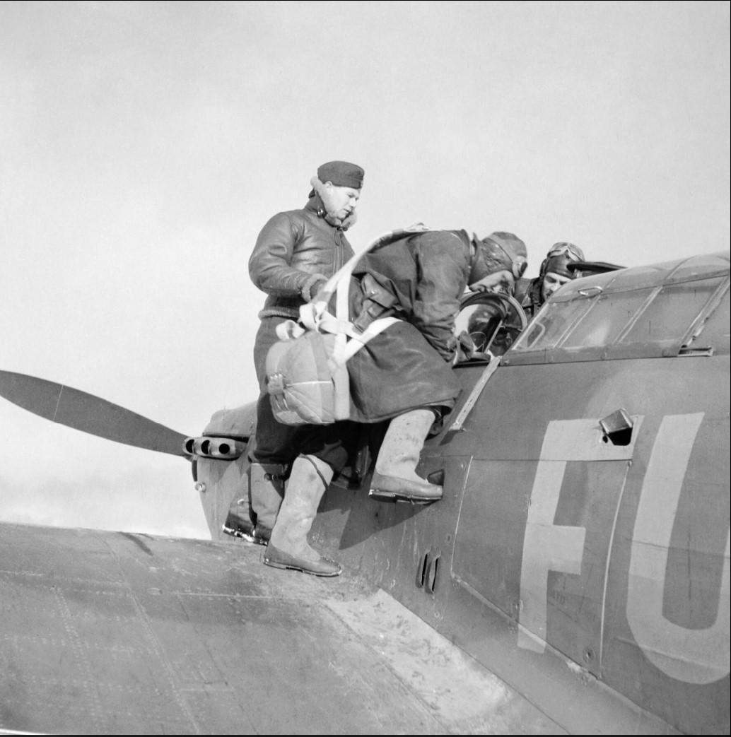 Пилоты Красной армии осматривают кабину пилотов «Харрикейна» 81-ой эскадрильи