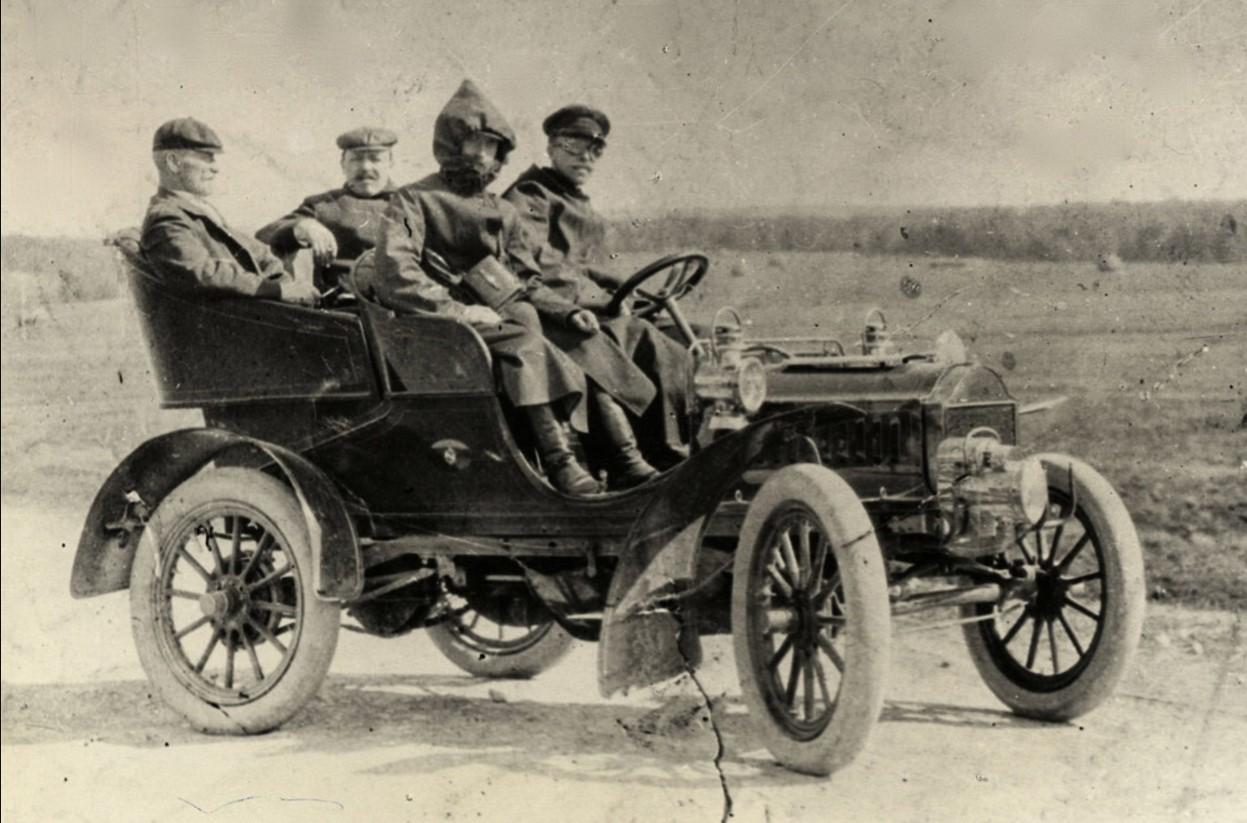 Константин Павлович Головкин на автомобиле с друзьями-художниками