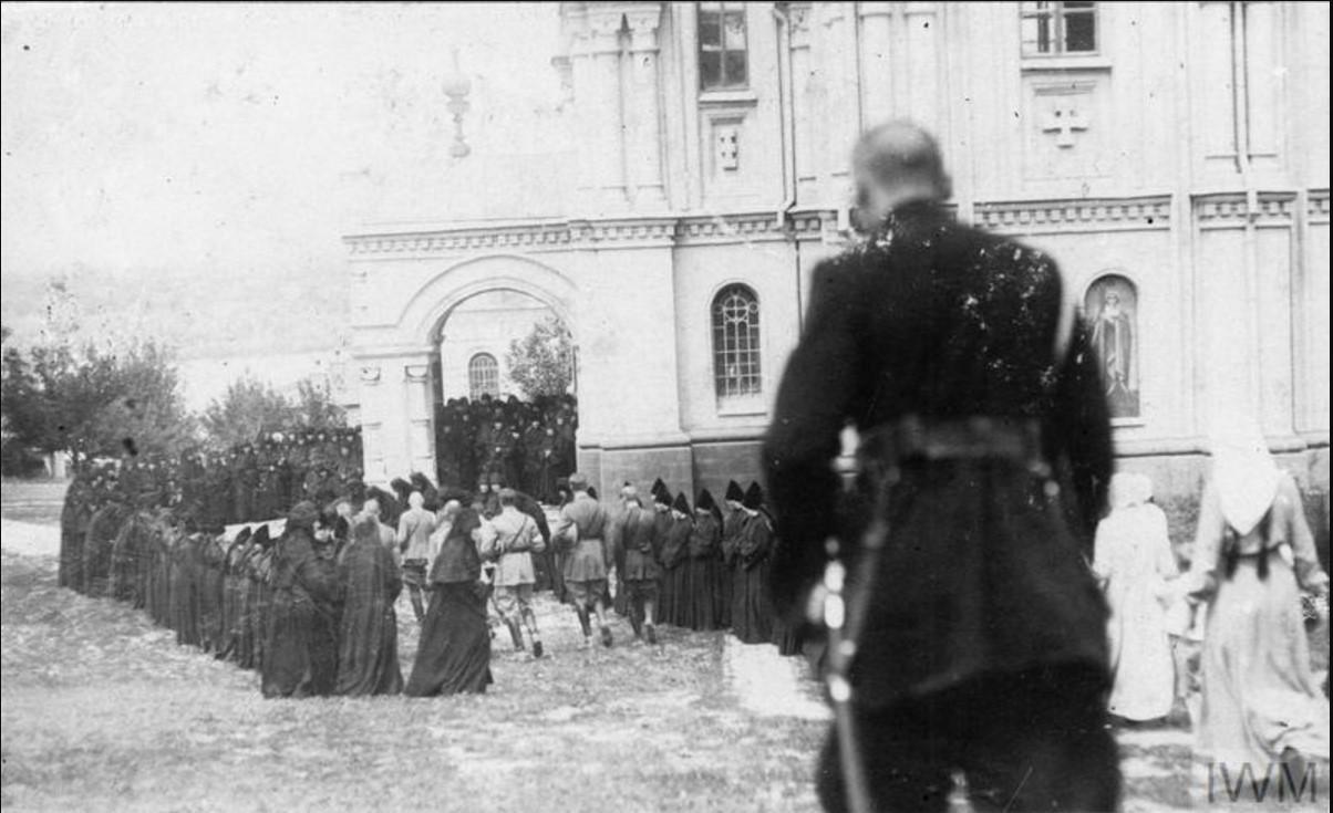 Офицеры британской военной миссии на Юге России посещают Усть-Медведицкий Спасо-Преображенский женский монастырь летом 1919